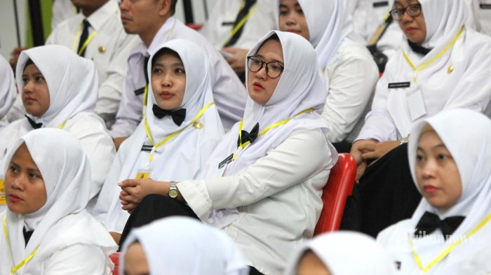 Ribuan Calon Pegawai Negeri Sipil (CPNS) angkatan 2019 menyimak arahan dan motivasi yang disampaikan Gubernur Jawa Barat, Ridwan Kamil di Youth Center Sport Arcamanik, Kota Bandung, Selasa (25/6/2019).