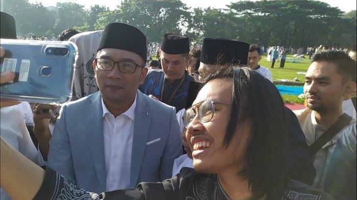 Kelar Salat Id, Ridwan Kamil Jadi Sasaran Objek Foto Bareng Warga