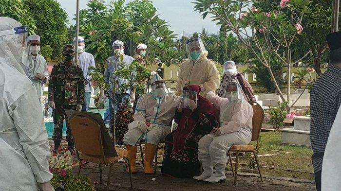 Hj Ririen Nadjmi Adhani (duduk di tengah) melihat langsung proses pemakaman suaminya Nadjmi Adhani yang juga Wali Kota Banjarbaru