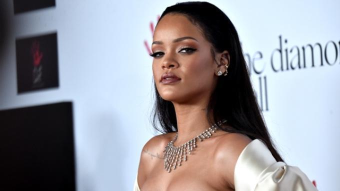Rihanna akan Rilis Kacamata Berlapis Emas 24 Karat yang Dia Desain Buat Dior