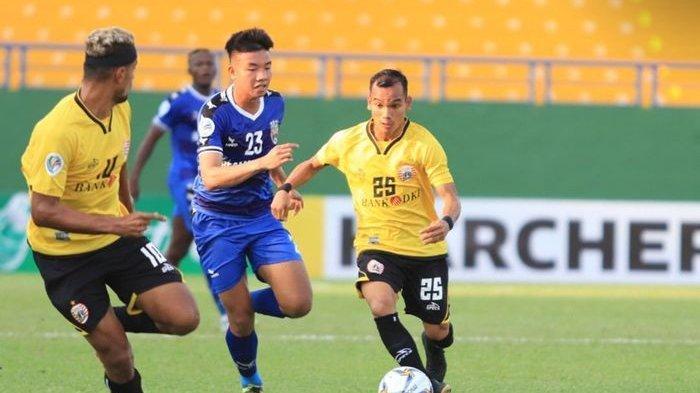 Pemain Persija Jakarta, Riko Simanjuntak menggiring bola dan dibayangi Nguyen Trong Huy, di Stadion Go Dau, Vietnam, Rabu (1/4/2019).