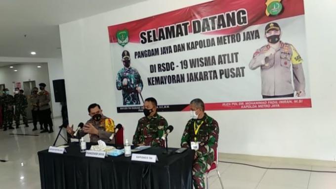 Pangdam Jaya Mayjen TNI Dudung Abdurrachman, Kapolda Metro Jaya Irjen Pol Fadil Imran, dan Kapuskes TNI Mayjen Tugas Ratmono di RSDC-19 Wisma Atlet, Jakarta.