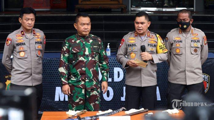 Kapolda Metro Jaya Irjen Fadil Imran bersama Pangdam Jaya Mayjen Dudung Abdurachman memberikan pernyataan saat menggelar rilis kasus dugaan penyerangan anggota polisi oleh pendukung Front Pembela Islam (FPI) di Gedung Direskrimum Polda Metro Jaya, Jakarta Pusat, Senin (7/12/2020).
