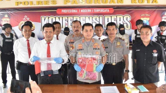 Polres Pasuruan Kota saat merilis kasus suami yang tega menjual istrinya sendiri ke teman-temannya, Senin (10/2/2020).