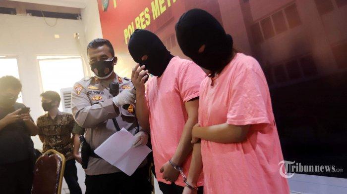 Sepasang suami istri, AR dan CA yang berperan sebagai muncikari diperlihatkan saat rilis kasus di Polres Metro Jakarta Utara, Jakarta, Jumat (27/11/2020). Polres Metro Jakarta Utara menetapkan dua muncikari berinisial AR dan CA sebagai tersangka terkait kasus prostitusi online yang melibatkan dua artis yakni ST dan MA. Tribunnews/Herudin