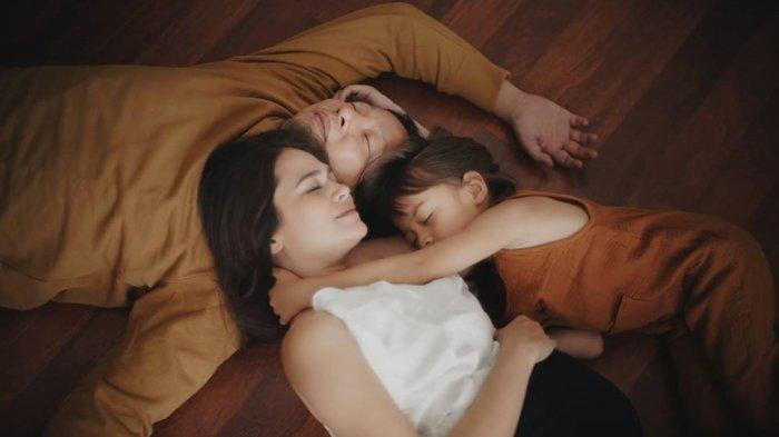 Ringgo Agus, Sabai Dieter dan putra sulung mereka, Bjorka, saat pemotretan maternity.