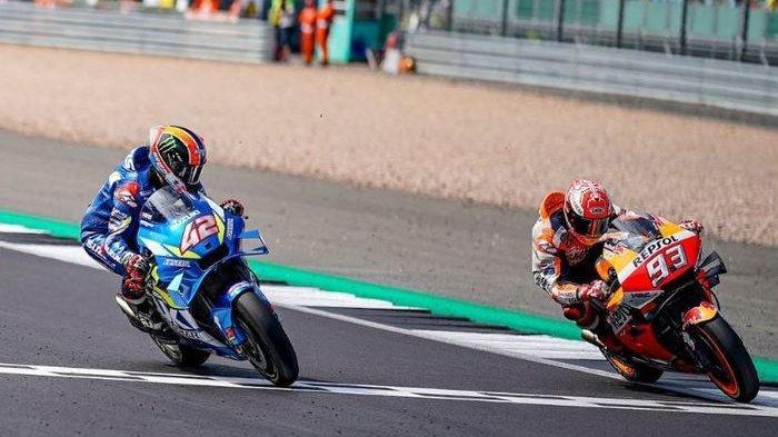 Momen ketika Alex Rins (kiri) memenangi MotoGP Inggris 2019 dengan keunggulan hanya 0,013 detik dari rivalnya, Marc Marquez (kanan)