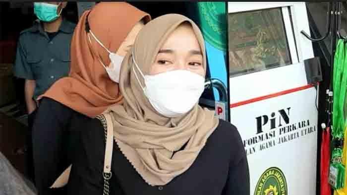 Ririe Fairus di Pengadilan Agama Jakarta Utara, Jalan Plumpang Semper, Jakarta Utara, Rabu (17/3/2021).