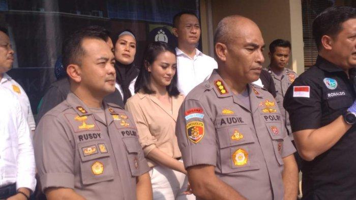 Aktris Ririn Ekawati di Polres Metro Jakarta Barat, Senin (16/3/2020).