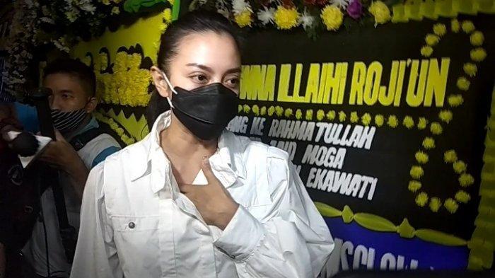 Ririn Ekawati saat tiba di kediamannya di kawasan Bendungan Hilir Jakarta Pusat, Rabu (2/12/2020).