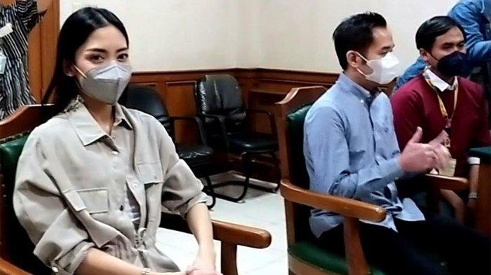 Pasangan selebritas Ririn Dwi Ariyanti dan Aldi Bragi terlihat menghadiri sidang cerainya yang digelar di Pengadilan Agama Jakarta Selatan, Jalan Harsono RM, Pasar Minggu, Jakarta Selatan, Kamis (30/9/2021).