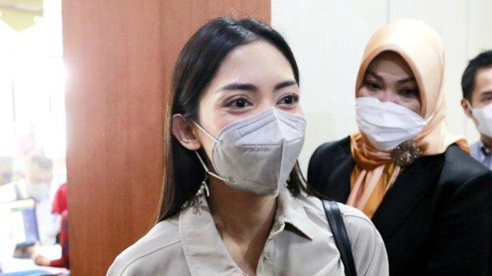 Ririn Dwi Ariyanti, Riri saat menghadiri sidang cerainya dengan Aldi Bragi di Pengadilan Agama Jakarta Selatan Kamis (30/9/2021).