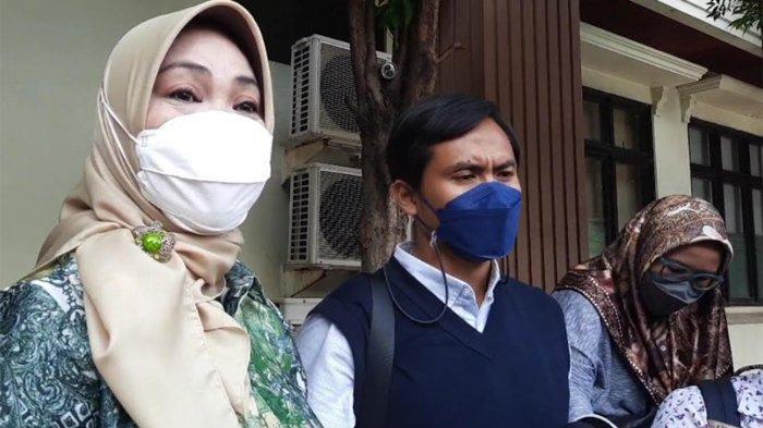 Kuasa hukum Ririn Dwi Aryanti, Riri Purbasari (kiri) dan kuasa hukum Aldi Bragi, Fajar Reyhan saat ditemui di Pengadilan Agama (PA) Jakarta Selatan, Kamis (23/9/2021).