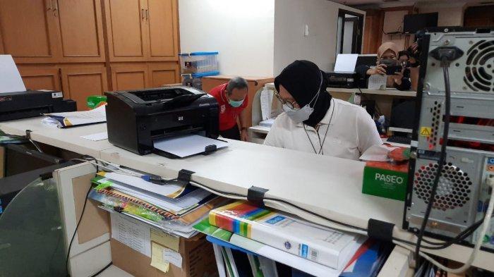 Aksi Risma Bersih-bersih Kantor Kemensos, Tegur Pegawai untuk Benahi Kabel yang Tak Rapih