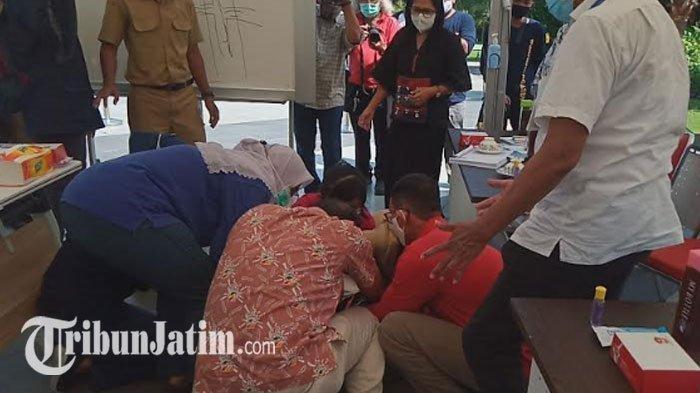 Suasana saat Wali Kota Surabaya Tri Rismaharini menangis sambil sujud saat pertemuan dengan IDI Surabaya, Senin (29/6/2020).