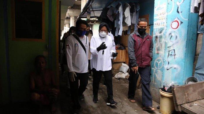 Risma menemui warga penghuni kolong tol Gedong Panjang, Pluit, Jakarta Utara (30/12/2020).
