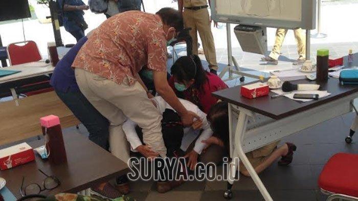 Wali Kota Surabaya Tri Rismaharini mendadak bersujud di hadapan dokter, Senin (29/6/2020).