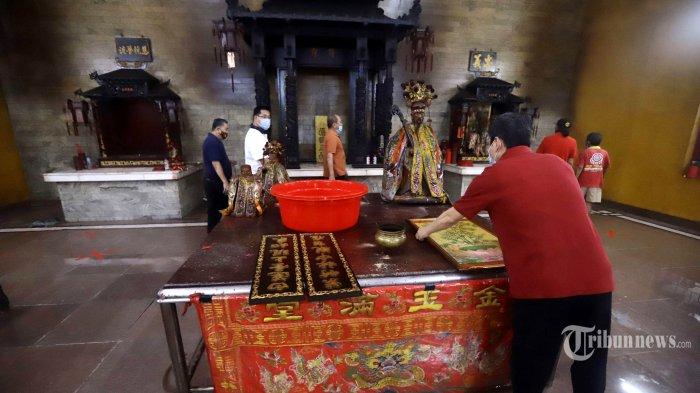 Warga Tionghoa mencuci rupang (patung) dewa di Vihara Amurva Bhumi, Karet, Jakarta, Kamis (4/2/2021). Ritual pencucian patung dewa serta bersih-bersih alat persembahyangan tersebut dilakukan dalam rangka menyambut perayaan tahun baru China atau Imlek tahun 2572. Tribunnews/Herudin