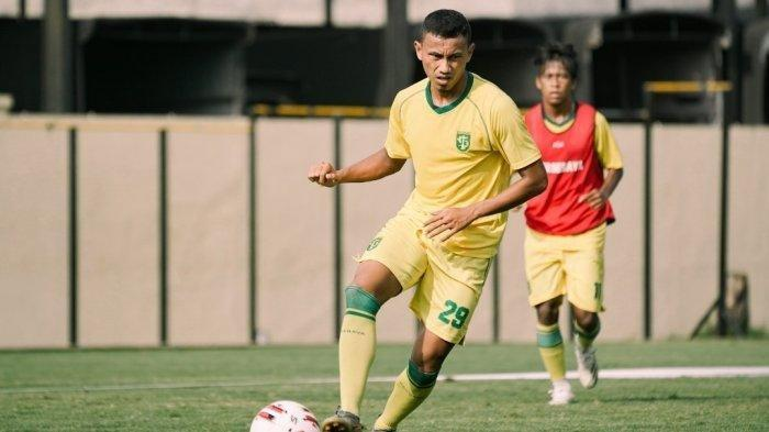 Rivaldi Bawuo saat mengikuti sesi latihan Persebaya, Kamis (11/3/2021).
