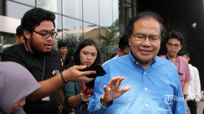 Mantan Menko Kemaritiman, Rizal Ramli menjawab pertanyaan wartawan usai memenuhi panggilan KPK sebagai saksi terkait kasus BLBI di Gedung KPK, Jakarta Selatan, Jumat (19/7/2019). Mantan Menko Bidang Ekonomi, Keuangan, dan Industri (Ekuin) era Kepresidenan Abdurrahman Wahid (Gus Dur) itu dipanggil KPK terkait kapasitasnya sebagai Ketua KKSK periode 2000-2001. Tribunnews/Irwan Rismawan