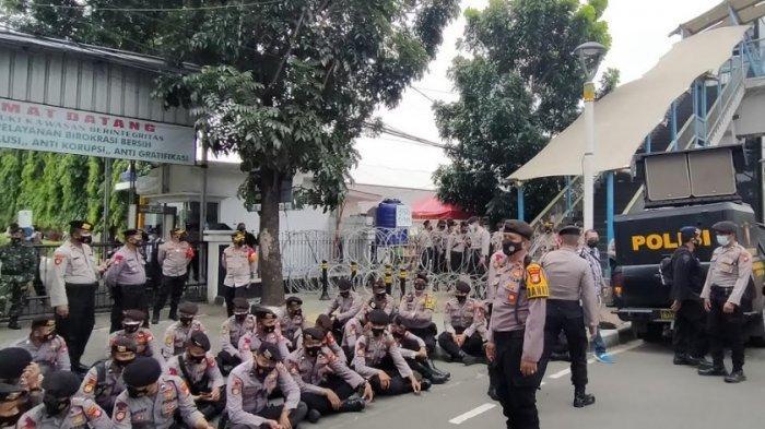 Pengadilan Negeri Jakarta Timur terpantau sepi setelah sebelumnya terdapat puluhan simpatisan Rizieq Shihab yang menghadiri jalannya sidang, Jumat (26/3/2021).
