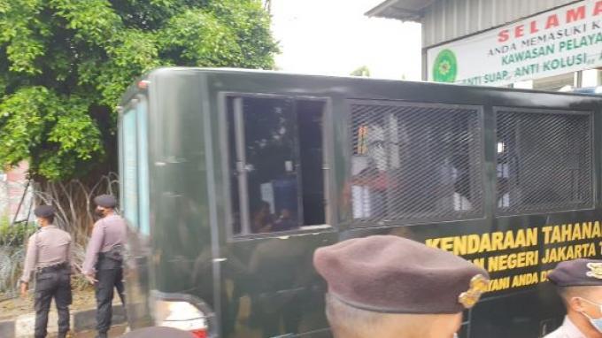 Rizieq Shihab sudah berada di Pengadilan Negeri Jakarta Timur (PN Jaktim), diadijadwalkan menjalani sidang kasus kerumunan di Petamburan dan Megamendung dengana genda sidangmendengarkan tanggapan JPU terhadap eksepsi Rizieq.