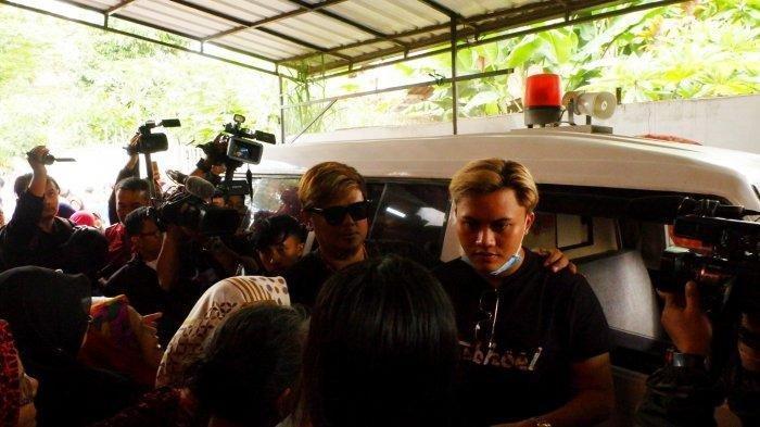 Rizky Febian saat tiba di lokasi autopsi  ibunya Lina Jubaedah di Sekelimus Bandung