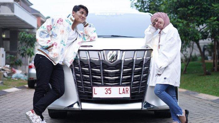 Rizky Billar dan Lesti Kejora pamerkan hadiah pernikahan satu unit mobil dari sosok ini jelang lamaran besok.