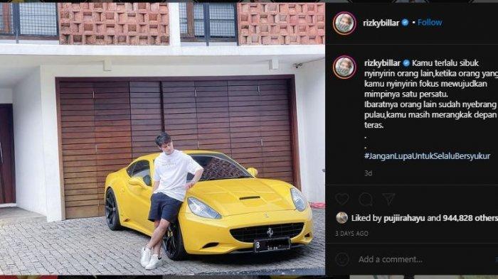 Rizky Billar memamerkan mobil pribadinya.