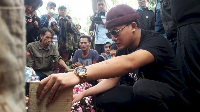 Rizky Febian saat berada di pemakaman ibunya Lina Jubaedah, di TPU Nagrog, Ujungberung, Kota Bandung, Kamis (9/1/2020).