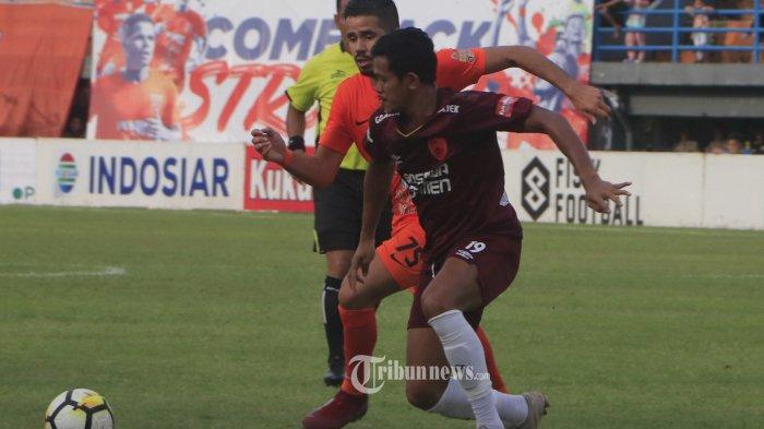 PSM MENANG-Pemain PSM, Rizky Pellu mengontrol bola dari adangan pemain Borneo FC, Tijani Belaid pada pertandingan Liga 1 di   Stadion Segiri Samarinda,Kalimantan Timur, Jumat (19/10).PSM berhasil mengalahkan Borneo FC 2-1 mengokohkan posisi di klasemen teratas  sementara Liga 1(TRIBUNKALTIM/NEVRIANTO HARDI PRASETYO)