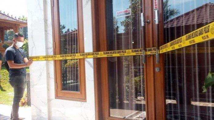 Seorang anggota Satreskrim Polres Cianjur, Jawa Barat, tengah memasang garis polisi pada salahsatu bangunan di halaman belakang rumah milik HA, Sabtu (1/8/2020). HA dilaporkan sejumlah anggotanya ke polisi karena diduga tak kunjung mencairkan paket arisan sebagaimana telah dijanjikan