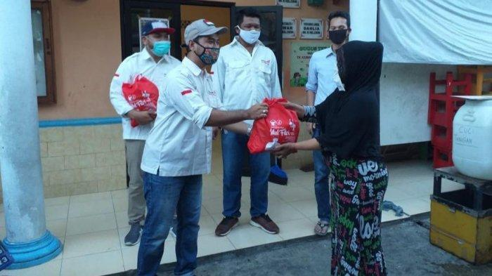 Relawan Merah Putih (RMP) membagikan paket sembako kepada masyarakat di sekitar Cikini dan Menteng, Jakarta Pusat, Sabtu (23/5/2020).