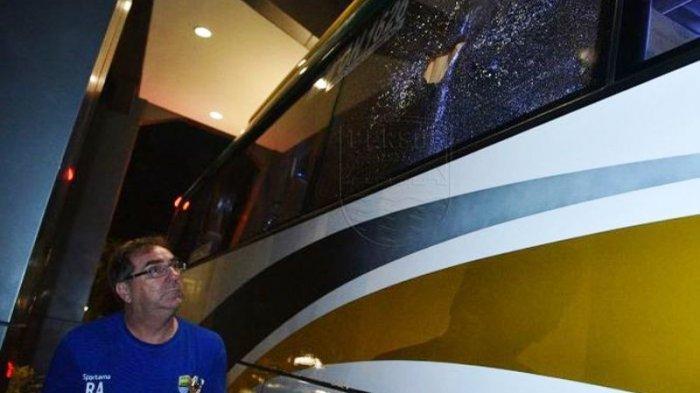 Pelatih Persib Bandung, Robert Alberts, memperhatikan kaca bus yang hancur