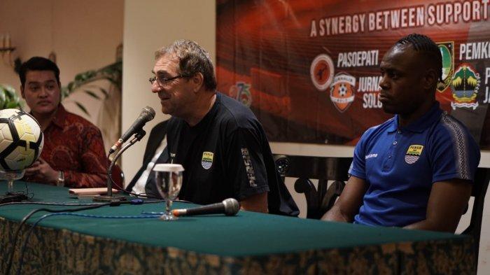Robert Alberts menghadiri sesi jumpa pers di Hotel Sahid Jaya, Jumat (14/2/2020)