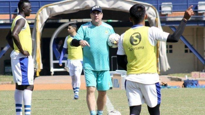 Robert Rene Alberts beri pengarahan kepada para pemain Persib Bandung menjelang laga melawan PSIS Semarang