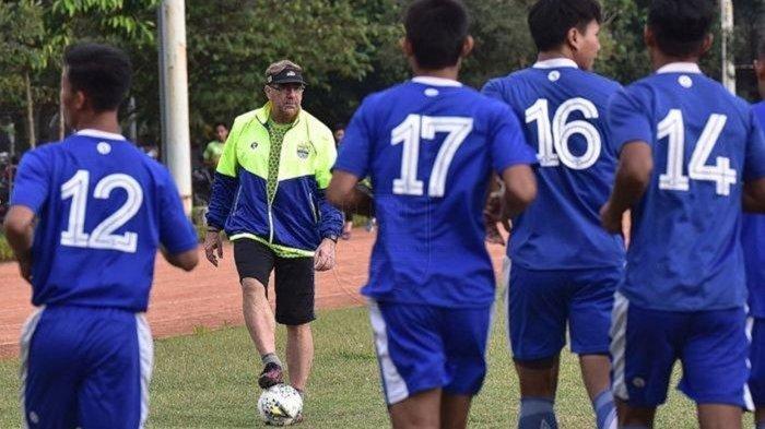 Robert Rene Alberts memimpin latihan Persib Bandung