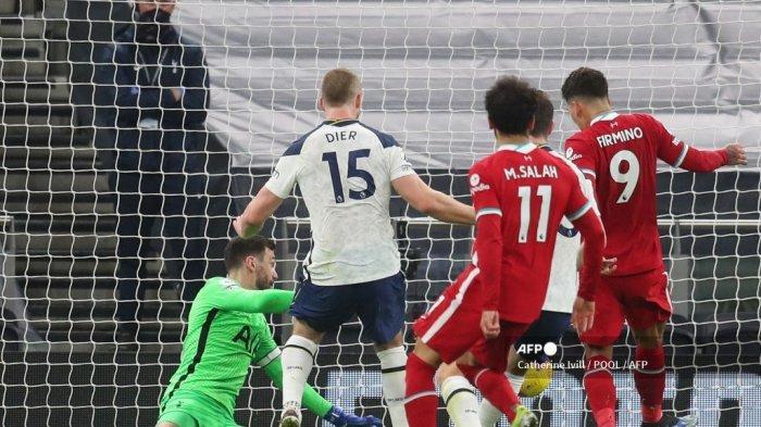 Gelandang Liverpool asal Brazil Roberto Firmino (kanan) mencetak gol pembuka pada pertandingan sepak bola Liga Utama Inggris antara Tottenham Hotspur dan Liverpool di Stadion Tottenham Hotspur di London, pada 28 Januari 2021. Catherine Ivill / POOL / AFP