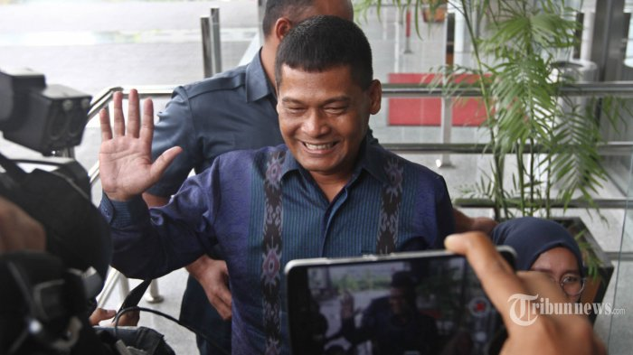 Panitera Pengadilan Negeri Jakarta Utara (PN Jakut) Rohadi tiba di gedung KPK Jakarta untuk menjalani pemeriksaan, Kamis (15/6/2017). Rohadi yang sudah menjadi terpidana suap ini, kembali diperiksa untuk kasus tindak pidana pencucian uang (TPPU). TRIBUNNEWS/HERUDIN