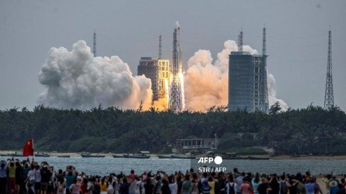 Tak Khawatir, China Sebut Roketnya yang Tak Terkendali akan Terbakar Atmosfer ketika Memasuki Bumi