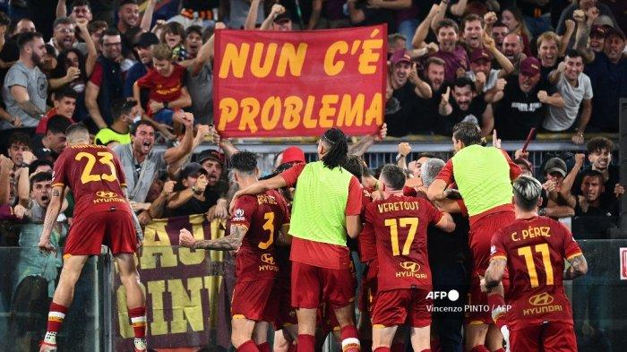 Para pemain Roma merayakan setelah mencetak gol selama pertandingan sepak bola Serie A Italia antara AS Roma dan Sassuolo di stadion Olimpiade di Roma pada 12 September 2021.