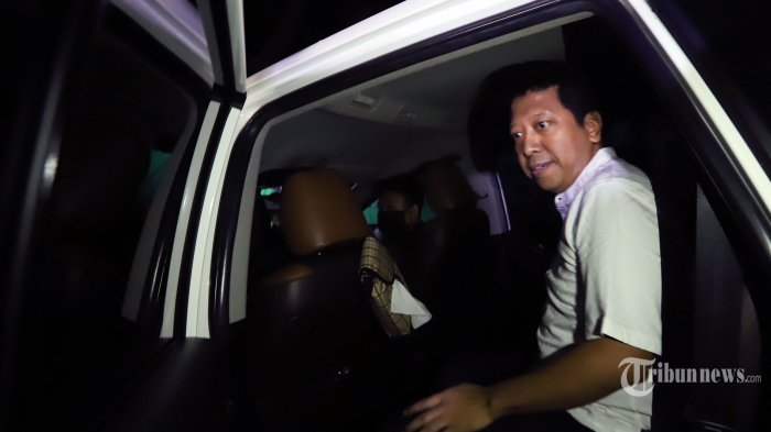 Terdakwa kasus korupsi sekaligus mantan Ketua Umum PPP Muhammad Romahurmuziy atau Romy dijemput tim kuasa hukumnya saat keluar dari Rumah Tahanan (Rutan) K4, di Gedung KPK Merah Putih, Jakarta Selatan Rabu (29/4/2020) malam. Romy terjerat kasus suap jual beli jabatan di Kementerian Agama (Kemenag) 2019, dirinya dinyatakan bebas usai terbit penetapan pembebasan Mahakamah Agung (MA) pasca putusan tingkat banding di Pengadilan Tinggi DKI Jakarta memotong hukuman Rommy hanya menjadi satu tahun. Tribunnews/Jeprima