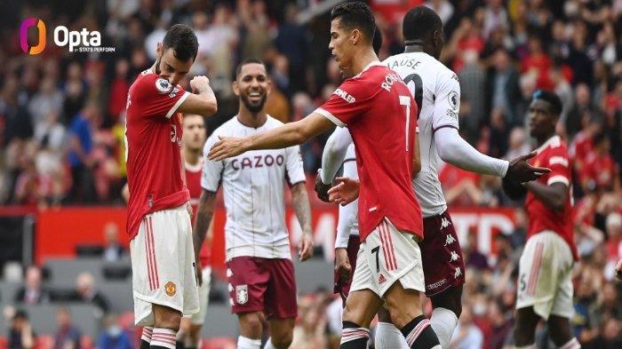 Cristiano Ronaldo menghampiri Bruno Fernandes setelah gagal mengeksekusi penalti dan timnya Manchester United harus menelan kekalahan 0-1 dari tamunya Aston Villa dalam lanjutan pekan keenam Liga Inggris di Old Trafford, Sabtu (25/9/2021).