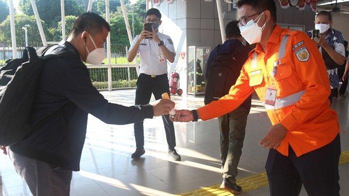 Cegah Covid-19, Kereta Commuter Indonesia Bagi-bagi Hand Sanitizer Gratis