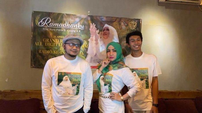 Roro Fitria bersama Gilang AK saat merilis singel religi berjudul 'Ramadhanku' di kawasan Lenteng Agung Jakarta Selatan, Rabu (21/4/2021).