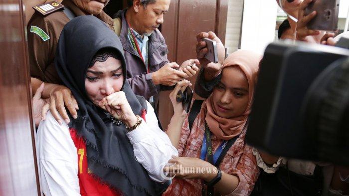 Terdakwa kasus penyalahgunaan Narkoba jenis Shabu, Roro Fitria menangis usai menjalani sidang putusan di Pengadilan Jakarta Selatan, Kamis (18/10/2018). Pada sidang putusan tersebut Roro Fitria divonis 4 tahun penjara dan denda Rp 800 juta.