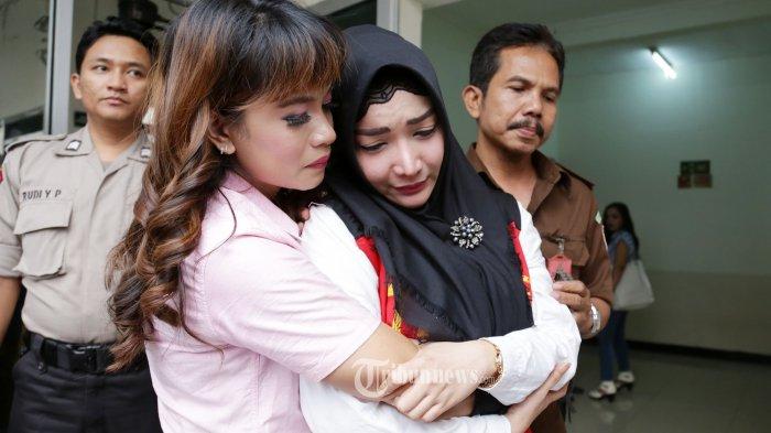 Terdakwa kasus penyalahgunaan Narkoba jenis Shabu, Roro Fitria menangis usai menjalani sidang putusan di Pengadilan Jakarta Selatan, Kamis (18/10/2018). Pada sidang putusan tersebut Roro Fitria divonis 4 tahun penjara dan denda Rp 800 juta.  Tribunnews/Jeprima