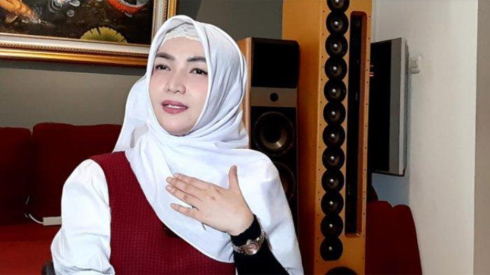 Roro Fitria Ceritakan Kesedihan dan Kerinduan ke Mendiang Ibunya Lewat Lagu
