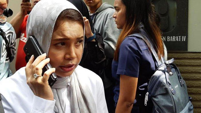 Rossa selepas melayat Ashraf Sinclair di rumah duka di kawasan Pejaten, Jakarta Selatan, Selasa (18/2/2020)