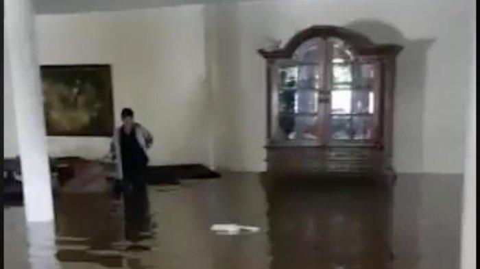 Musibah banjir turut menimpa kediaman Roy Marten di bilangan Kalimalang, Jakarta Timur.
